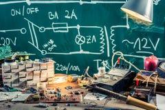 Elektroniki pracy biurko w physics lab Fotografia Stock