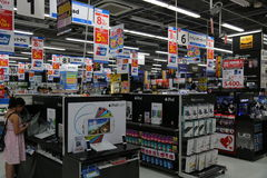 elektronikjapanen shoppar Fotografering för Bildbyråer