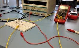 Elektroniklaborausrüstung, Instrumente und Brotschneidebrett lizenzfreie stockfotografie