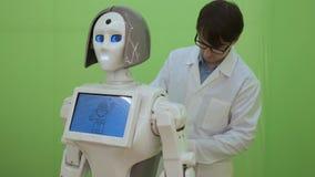 Elektroniktekniker som arbetar p? robotkonstruktion med minnestavlan Ultrarapid Futuristiskt robotbegrepp stock video