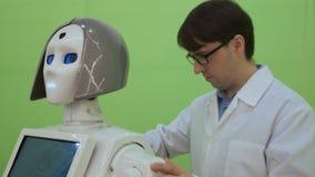 Elektroniktekniker som arbetar p? robotkonstruktion med minnestavlan Ultrarapid Futuristiskt robotbegrepp arkivfilmer