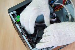 Elektronikteknikern monterar en persondator Arkivfoto