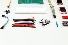 Elektronisch apparaat op grijze achtergrond Doe-het-zelf- stock fotografie