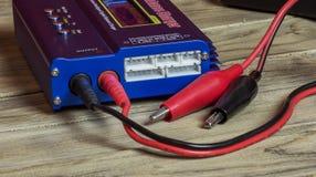 Elektronisch apparatenpaneel met schakelaars en kabel Stock Foto's