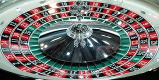 Elektronisch casino die het drievoudige close-up van het roulettewiel spinnen Royalty-vrije Stock Fotografie