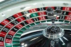 Elektronisch casino die het drievoudige close-up van het roulettewiel spinnen Stock Foto