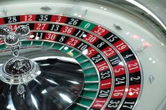 Elektronisch casino die het drievoudige close-up van het roulettewiel spinnen Stock Foto's