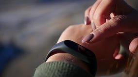 Elektronisch gadget, klokpedometer op de hand van een meisje langzame motie, 1920x1080, volledige hd stock footage