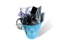 Elektronisch gebroken Afval of schade in Vuilnisbak die op witte achtergrond wordt geïsoleerd stock foto