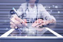 Elektronisch Gezondheidsverslag HAAR, EMR Geneeskunde en gezondheidszorgconcept Medische arts die met moderne PC werken stock afbeeldingen