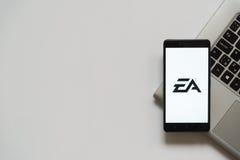 Elektronisch kunstenembleem op het smartphonescherm Royalty-vrije Stock Afbeeldingen