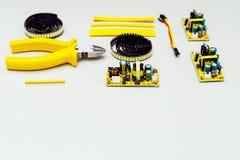 Elektronische apparaat en het werkhulpmiddelen gele kleur op grijze achtergrond royalty-vrije stock afbeeldingen