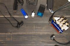 Elektronische apparaten en elementen op een donkere houten achtergrond Pla Stock Afbeeldingen