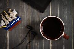 Elektronische apparaten en elementen op een donkere houten achtergrond Pla Royalty-vrije Stock Foto's