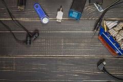 Elektronische apparaten en elementen op een donkere houten achtergrond Pla Royalty-vrije Stock Foto