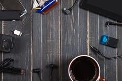Elektronische apparaten en elementen op een donkere houten achtergrond Plaats voor de tekst Een concept voor Vaderdag Het bureau  Stock Foto