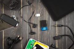 Elektronische apparaten en elementen op een donkere houten achtergrond Plaats voor de tekst Een concept voor Vaderdag Het bureau  Stock Foto's