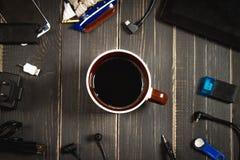 Elektronische apparaten en elementen op een donkere houten achtergrond Plaats voor de tekst Een concept voor Vaderdag DE van de p Royalty-vrije Stock Afbeeldingen