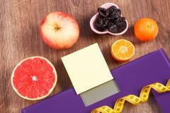 Elektronische badkamersschaal, centimeter en gezond voedsel, vermageringsdieet en gezond levensstijlenconcept Royalty-vrije Stock Foto