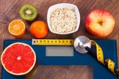 Elektronische badkamersschaal, centimeter en stethoscoop, gezond voedsel, vermageringsdieet en gezond levensstijlenconcept Royalty-vrije Stock Afbeeldingen