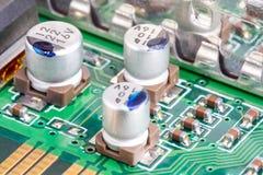 Elektronische Bauelemente auf einer Leiterplatte stockbild