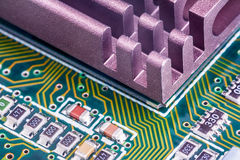 Elektronische Bauelemente auf einer Leiterplatte lizenzfreie stockbilder