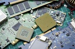 Elektronische Bretter und Mikrochips für die Wiederverwertung und Beseitigung stockfotografie