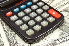 Elektronische calculator op de achtergrond van Amerikaanse dollarsbankbiljetten Stock Afbeelding