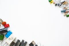 Elektronische componenten op witte achtergrond stock afbeeldingen