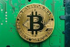 Elektronische crypto munt bitcoin op een de raadsachtergrond van de computerkring royalty-vrije stock foto