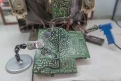 Elektronische die kringen door een vergrootglas worden bekeken stock afbeelding