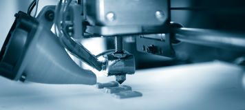 Elektronische driedimensionele plastic printer tijdens het werk, 3D, druk Stock Afbeeldingen