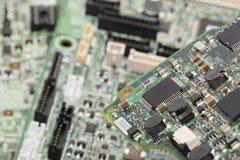 Elektronische elementen die op het raadsconcept worden geïnstalleerd het herstellen van laptop computers royalty-vrije stock afbeeldingen