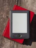 Elektronische en document boeken op houten bank Stock Fotografie