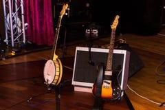 Elektronische Gitarren vor dem Konzert stehen auf dem Bodensprecher und -mikrofon stockbilder