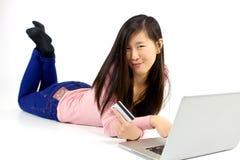 Elektronische handel het gelukkige Aziatische vrouw kopen online met creditcard stock foto