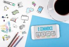 Elektronische handel Mobiele telefoon en koffiekop op een wit bureau Stock Foto's