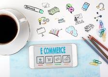 Elektronische handel Mobiele telefoon en koffiekop op een wit bureau Stock Fotografie