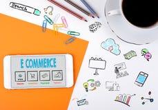 Elektronische handel Mobiele telefoon en koffiekop op een wit bureau Stock Afbeelding