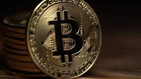 Elektronische het geld zilveren muntstukken van het Cryptocurrencyembleem bitcoin Sluit omhoog stock video