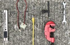 Elektronische hulpmiddelen op Cement, achtergrond Stock Foto's