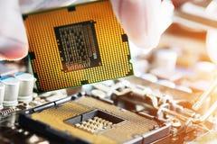 Elektronische ingenieur van computertechnologie De hardwareverbetering van de onderhoudscomputer cpu van motherboard component PC royalty-vrije stock foto