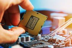 Elektronische ingenieur van computertechnologie De hardwareverbetering van de onderhoudscomputer cpu van motherboard component PC royalty-vrije stock afbeelding