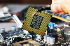 Elektronische ingenieur van computertechnologie De hardwareverbetering van de onderhoudscomputer cpu van motherboard component PC stock afbeelding