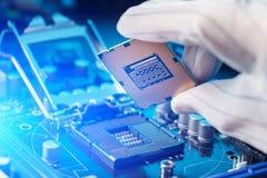 Elektronische ingenieur van computertechnologie De hardwareverbetering van de onderhoudscomputer cpu van motherboard component PC stock afbeeldingen