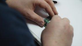 Elektronische ingenieurs solderende kring perfboard stock footage