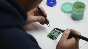 Elektronische ingenieurs solderende kring perfboard stock video