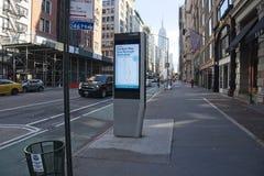Elektronische kiosk op Fifth Avenue stock afbeelding