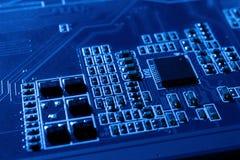 Elektronische kringen in futuristisch technologieconcept stock afbeelding