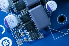 Elektronische kringen in futuristisch technologieconcept stock foto's